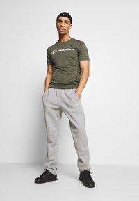 Champion - LEGACY TRAINING CREWNECK - T-shirt print - khaki - 1