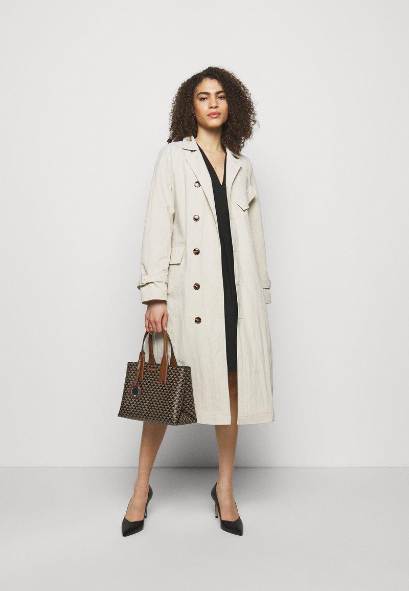 Emporio Armani - FRIDATOTE BAG - Handbag - brown/ecru/tobacco
