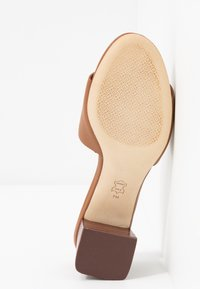 Tory Burch - INES SLIDE - Pantofle na podpatku - tan/spark gold - 6