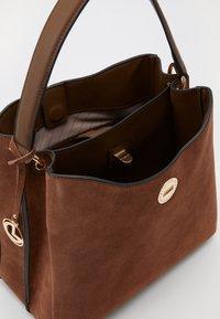 L. CREDI - FIORETTA - Handbag - cognac - 3