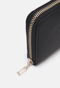 Guess - DESTINY SMALL ZIP AROUND - Peněženka - black - 3