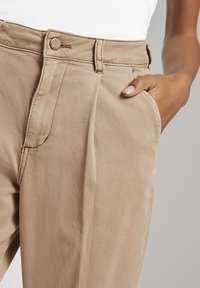 mine to five TOM TAILOR - MIT FALTENDETAIL - Jeans Tapered Fit - light ginger - 6