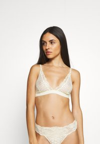 NA-KD - FLOWER EMBROIDED BRALETTE - Triangel BH - light yellow - 0
