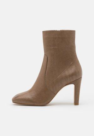 BIADELOIS  - Korte laarzen - light brown