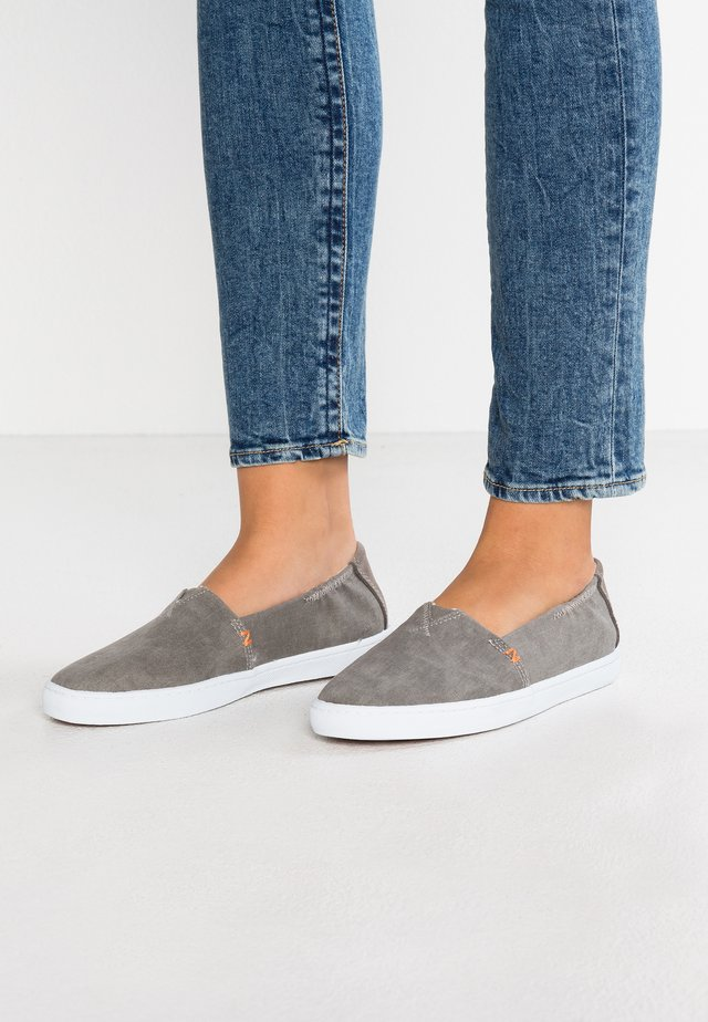 FUJI - Loaferit/pistokkaat - greyish/white