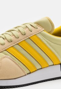 adidas Originals - USA 84 UNISEX - Sneakers basse - hazy beige/hazy yellow/halo gold - 5