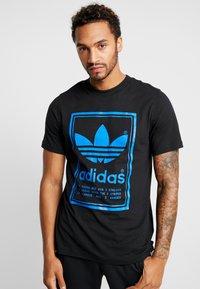 adidas Originals - VINTAGE LABEL GRAPHIC TEE - Print T-shirt - black/bluebird - 0