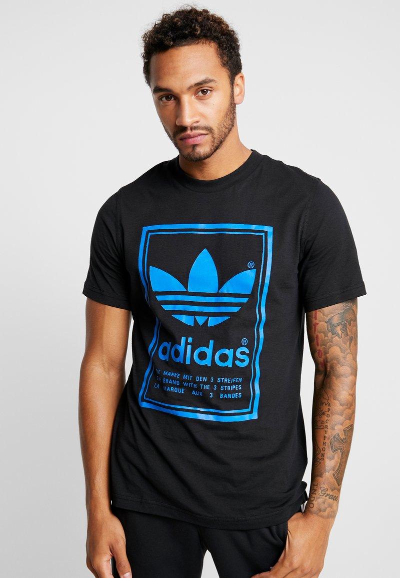 adidas Originals - VINTAGE LABEL GRAPHIC TEE - Print T-shirt - black/bluebird