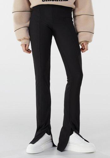 MIT PATENTBÜNDCHEN  - Trousers - black