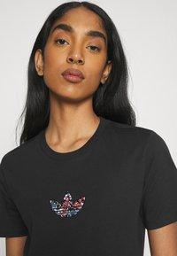 adidas Originals - T-shirt z nadrukiem - black - 3