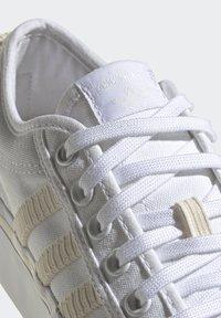 adidas Originals - NIZZA PLATFORM W - Baskets basses - ftwwht/owhite/silvmt - 7