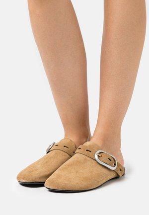ANSLEY SLIDE - Slippers - golden brown