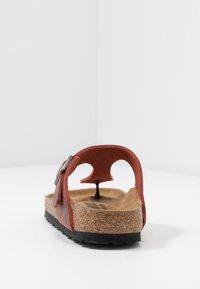 Birkenstock - GIZEH NARROW FIT - T-bar sandals - earth red - 3