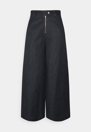 TYLER PANTS - Široké džíny - blue