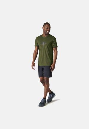 LIGHTWEIGHT SPORT 150 MOUNTAIN JOURNEY GRAPHIC TEE - Print T-shirt - moss green heather