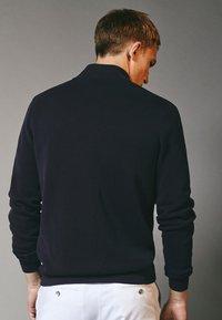 Massimo Dutti - MIT GERIPPTEM STEHKRAGEN - Sweatshirt - grey - 1