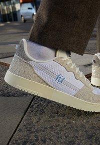adidas Originals - SUPERCOURT UNISEX  - Zapatillas - offwhite/footwear white/chalk solid grey - 2