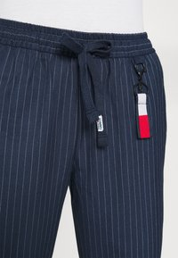 Tommy Jeans - PINSTRIPE PANT - Trousers - twilight navy/white - 5