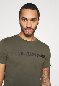 Calvin Klein Jeans - INSTITUTIONAL LOGO SLIM TEE - Print T-shirt - deep depths - 4