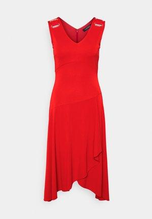 ELIZIO SLEEVELESS CASUAL DRESS - Žerzejové šaty - bright hibiscus