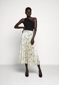 Victoria Victoria Beckham - OFF SHOULDER BACKLESS DRESS - Vestito elegante - dunes - 1