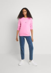 Tommy Jeans - REGULAR ESSENTIAL LOGO - Mikina - pink daisy - 1