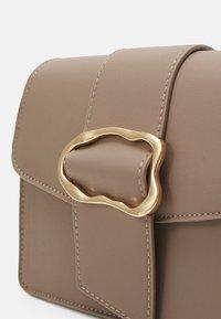 Pieces - PCIBBER CROSS BODY - Across body bag - silver mink/gold - 5