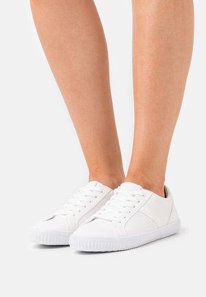 MIANA  - Sneakersy niskie - white