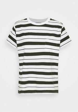 RELAXED POCKET TEE - Print T-shirt - serpico green