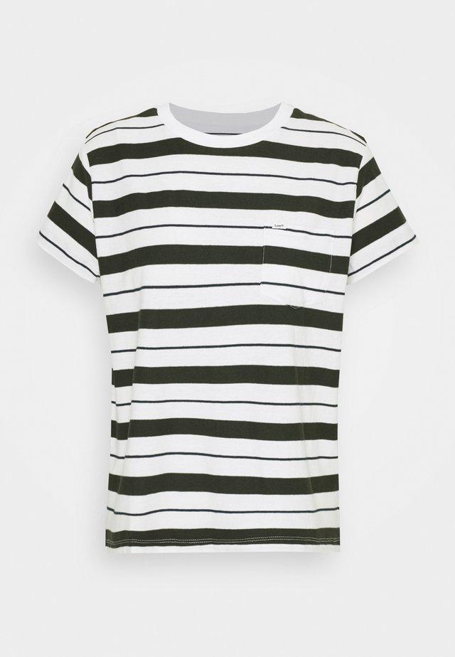 RELAXED POCKET TEE - Print T-shirt - serpico green