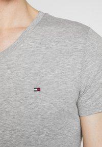 Tommy Hilfiger - STRETCH SLIM FIT VNECK TEE - T-shirt basic - grey - 5