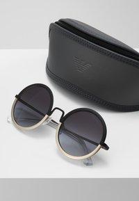 Emporio Armani - Sluneční brýle - matte black/matte pale gold-coloured - 2