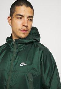 Nike Sportswear - REVIVAL - Kevyt takki - galactic jade/sail - 2