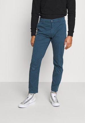 CHUCK REGULAR PANT - Chino kalhoty - dark denim