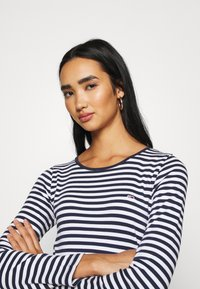 Tommy Jeans - STRIPED CROP LONGSLEEVE - T-shirt à manches longues - twilight navy/white - 3