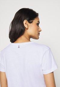 Patrizia Pepe - GITARRE - T-shirt z nadrukiem - bianco - 3