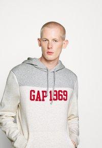 GAP - 1969 - Bluza z kapturem - light heather grey - 2