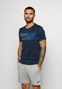 Nike Performance - Print T-shirt - obsidian/white - 0