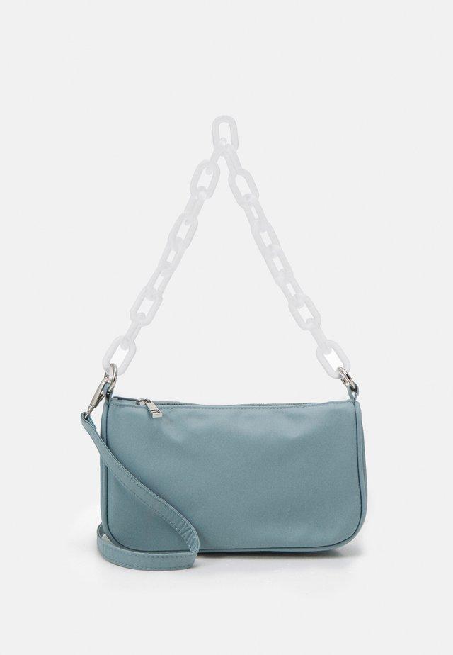 PCMAJA SHOULDER BAG - Kabelka - kentucky blue/clear silver