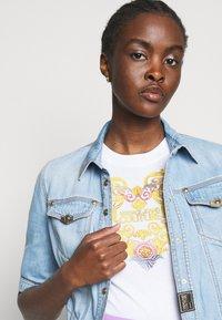Versace Jeans Couture - TEE - Triko spotiskem - optical white - 3
