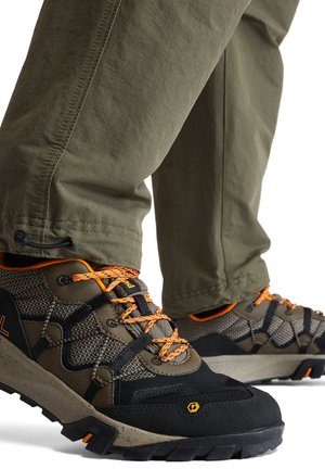 GARRISON TRAIL - Sneakersy niskie - brown w black