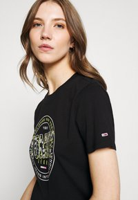 Tommy Jeans - SLIM FLORAL TEE - T-shirt con stampa - black - 3
