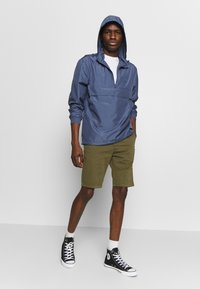 Urban Classics - BAND COLLAR PULL OVER - Kevyt takki - vintage blue - 1