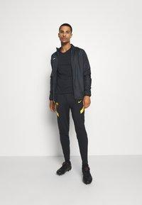 Nike Performance - AS ROM DRY PANT - Club wear - black/university gold/university gold - 1