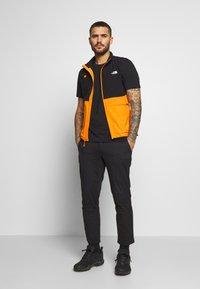 The North Face - MENS VARUNA VEST - Waistcoat - flame orange - 1