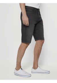 TOM TAILOR - JEANSHOSEN JOSH REGULAR SLIM JEANS-SHORTS IN VINTAGE-WASHUNG - Jeansshorts - black stone wash denim - 3