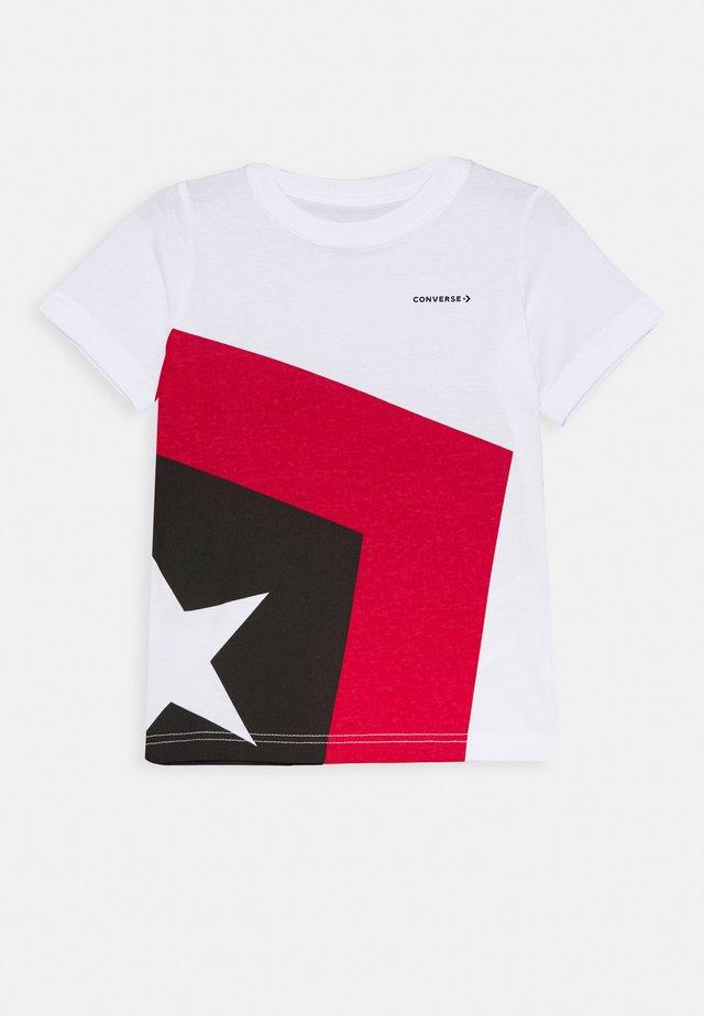 SPLICED STAR CHEVRON TEE BOLD JADE - T-shirt med print - white