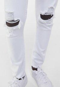 Bershka - MIT RISSEN  - Jeans Skinny Fit - white - 3