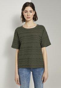 TOM TAILOR - TOM TAILOR T-SHIRT OVERSIZED-T-SHIRT MIT STRUKTURMUSTER - Print T-shirt - woodland green - 0