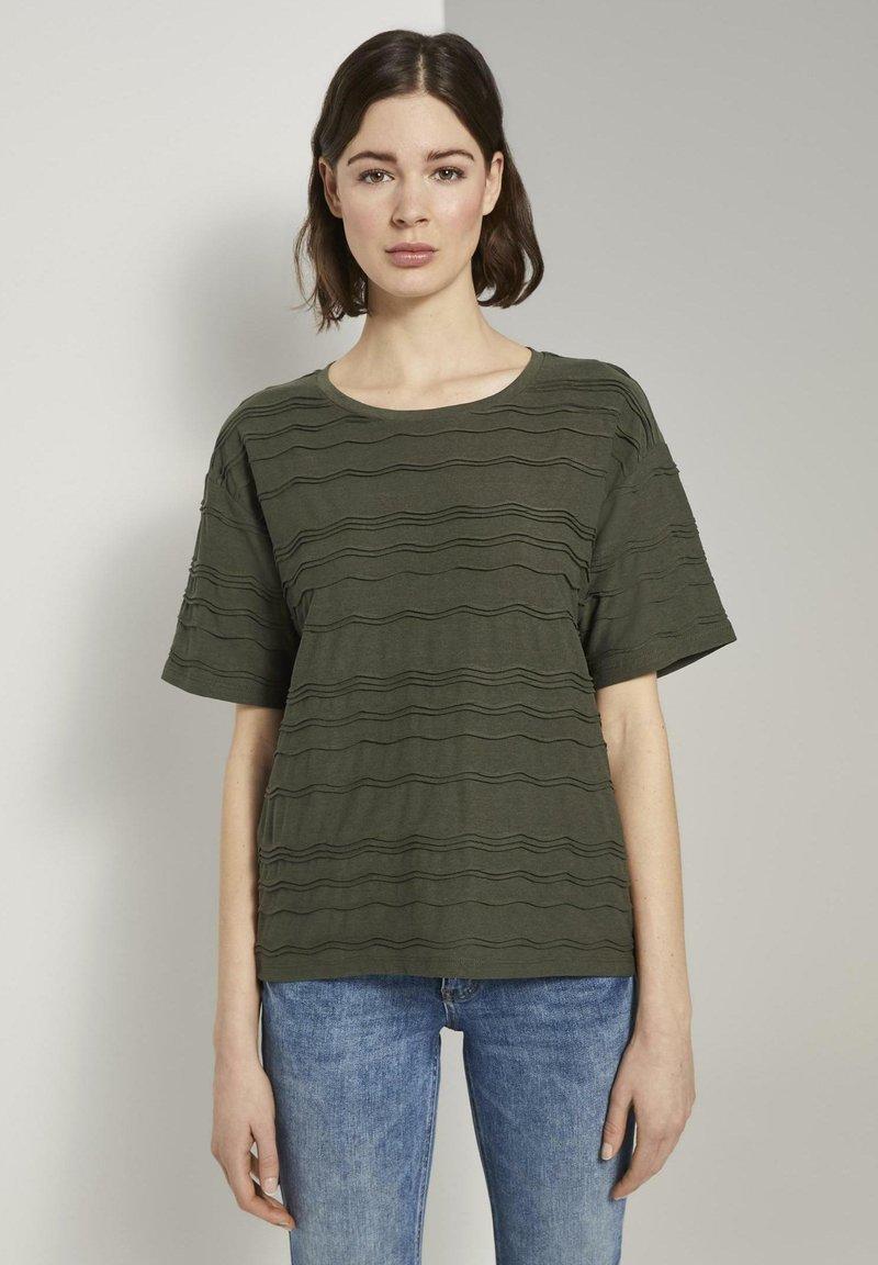 TOM TAILOR - TOM TAILOR T-SHIRT OVERSIZED-T-SHIRT MIT STRUKTURMUSTER - Print T-shirt - woodland green